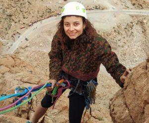 Julia mujer guía de montaña escalando en Marruecos